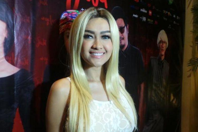 Julia Perez hadir dalam acara pemutaran perdana film Gila Jiwa di Epicentrum Walk XXI, Kuningan, Jakarta Selatan, Selasa (5/4/2016) malam.