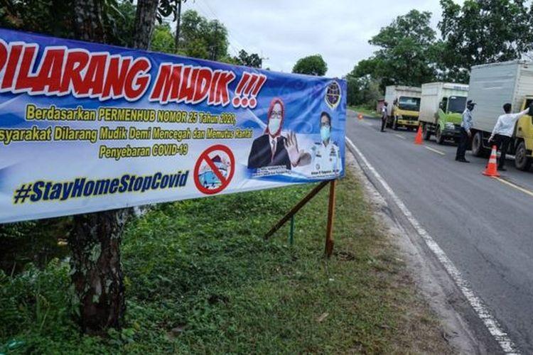 Petugas Dishub melakukan mengecek suhu tubuh pengendara mobil yang masuk ke Palangkaraya di Jalur Trans Kalimantan Sebangau, Palangkaraya, Kalimantan Tengah, Kamis (30/4).