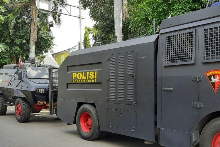 Pengadilan Negeri (PN) Jakarta Timur (Jaktim) melanjutkan sidang untuk terdakwa Rizieq Shihab pada Selasa (6/4/2021). Agenda sidang adalah putusan sela. Mobil barracuda dan water cannon disiapkan.