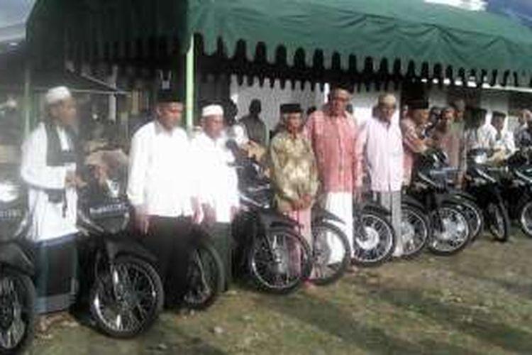Puluhan imam desa menerima penyaluran bantuan sepeda motor operasional, yang diserahkan pada acara kunjungan tim safari ramadhan ke desa-desa yang dipimpin Bupati Bireuen, Ruslan M. Daud. DESI