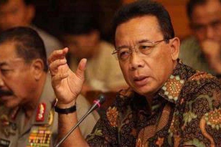 Menkopolhukam Djoko Suyanto memberikan keterangan pers didampingi oleh Kapolri Jenderal Polisi Timur Pradopo (kiri), di Kementerian Politik Hukum dan Keamanan, Jalan Medan Merdeka Barat, Jakarta, Minggu (9/9/2012). Keterangan pers ini berkaitan dengan terjadinya ledakan bom rakitan di sebuah panti asuhan yatim piatu di Jalan Nusantara Raya, Beji, Depok, Jawa Barat, pada Sabtu malam 8 September. Diduga panti tersebut merupakan kedok untuk menutupi kegiatan perakitan bom di dalam rumah.