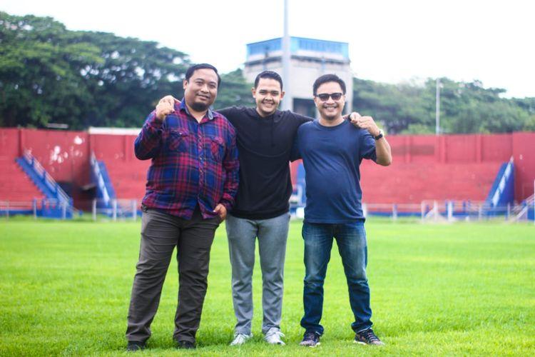 CEO Persik Kediri, Abdul Hakim Bafagih (tengah) bersama Manajer Tim Benny Kurniawan (kiri).