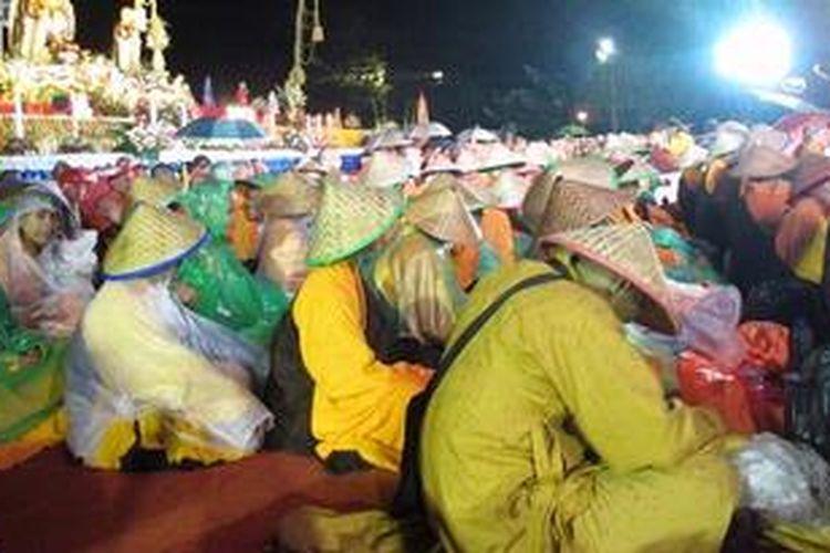 Prosesi sebelum puncak perayaan Tri Suci Waisak 2557 BE/2013 di pelataran  Candi Borobudur, Sabtu malam (25/5/2013).