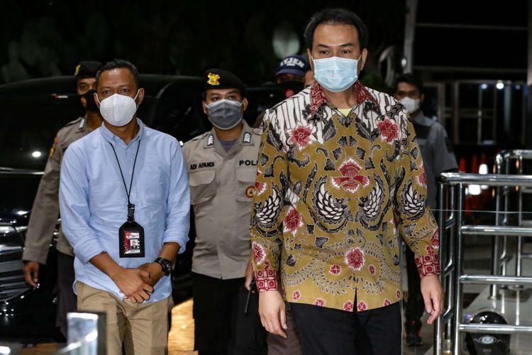 Wakil Ketua DPR Azis Syamsuddin (kanan) tiba di Gedung KPK, Kuningan, Jakarta, Jumat (24/9/2021). Ia menjalani pemeriksaan terkait dugaan kasus suap dana alokasi khusus (DAK) di Lampung Tengah.