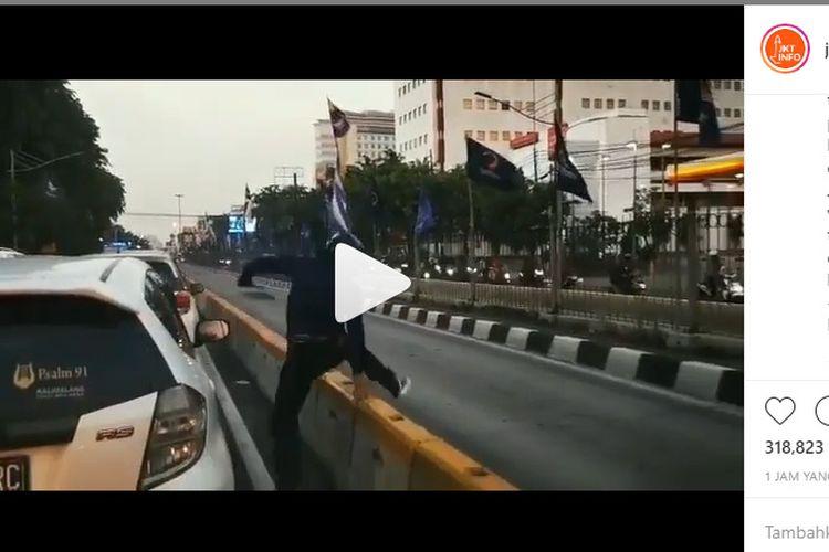 Video viral penjambretan di sebuah mobil
