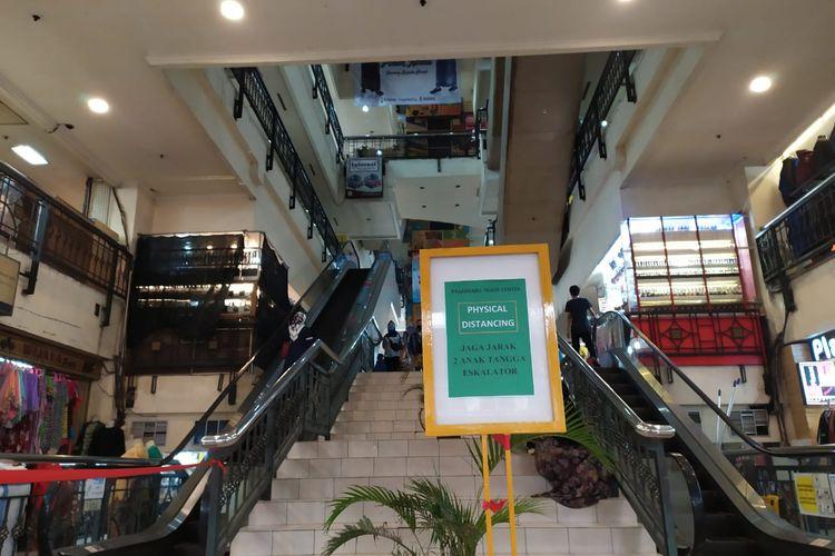 Suasana Pasar Baru Bandung. Memasuki era new normal, jumlah pengunjung Pasar Baru belum kembali normal.