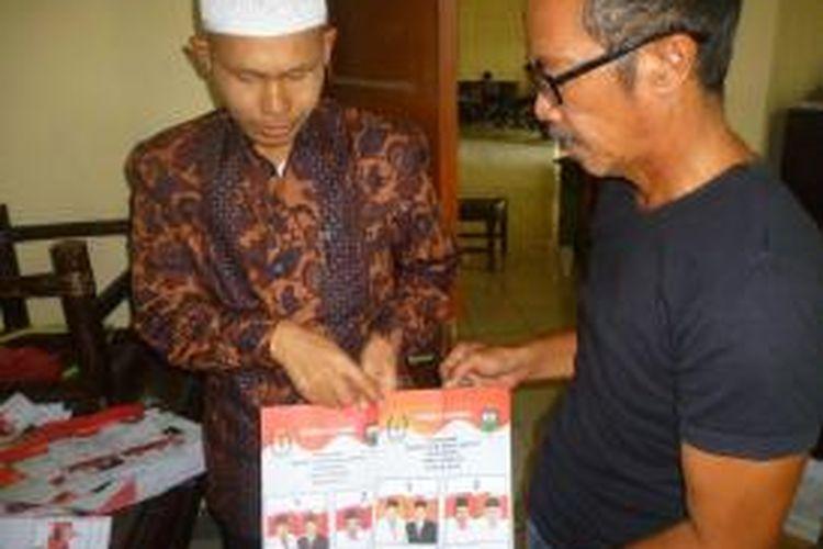 Ketua KPU Kabupaten Semarang, Guntur Suhawan   (berkopiah) mwnunjukkan surat suara kategori rusak Pilkada yang   rusak.