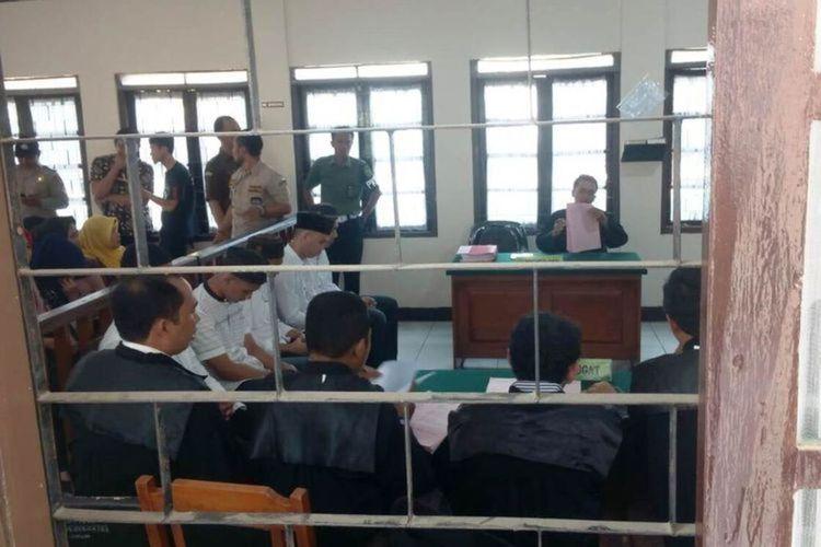 Sidang perdana perkara polisi terbakar saat mengamankan unjuk rasa mahasiswa di Cianjur, Jawa Barat, yang digelar di Pengadilan Negeri Cianjur, Rabu (22/01/2020). Di persidangan tersebut dihadirkan lima orang terdakwa.