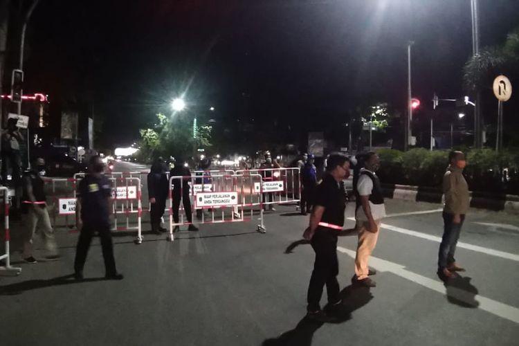 Salah satu pintu masuk Kota Banjarmasin diblokir menggunakan pagar besi pada pemberlakuan jam malam PSBB Banjarmasin hari pertama, Jumat (24/4/2020).