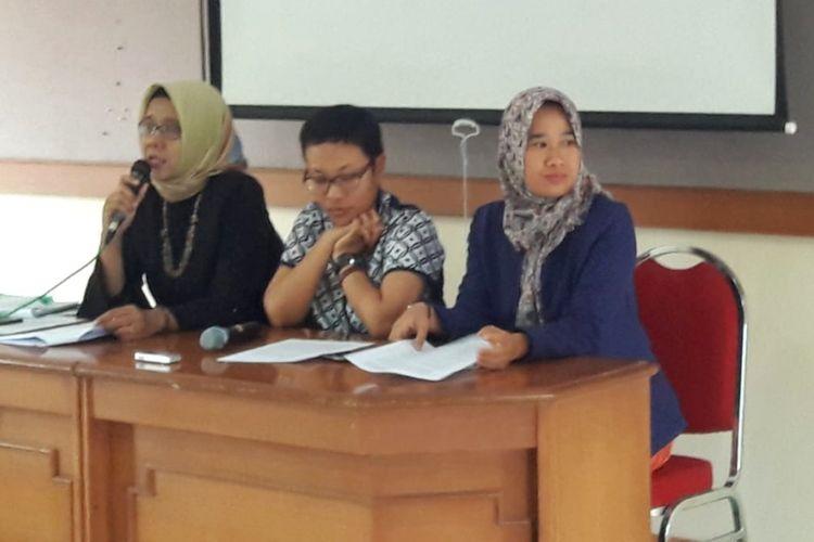 Kuasa Hukum penyintas, Catur Udi Handayani (memegang Mic), Kuasa Hukum Penyintas, Sukiratnasari (tengah) dan Direktur Rifka Annisa, Suharti (mengenakan baju biru) saat jumpa pers di kantor Rifka Annisa, Kamis (10/1/2019).