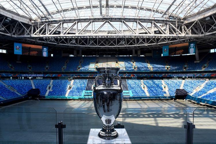 Trofi Euro 2020 saat di Gazprom Arena, salah satu tempat penyelenggaraan turnamen UEFA Euro 2020 di Saint Petersburg, pada 22 Mei 2021. Berikut ini jadwal semifinal Euro 2020.