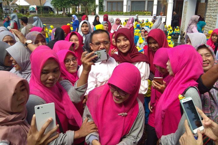 Bupati Banyuwangi Abdullah Azwar Anas bersama istri saat menerima kunjungan dari murid TK, Senin (8/1/2018).