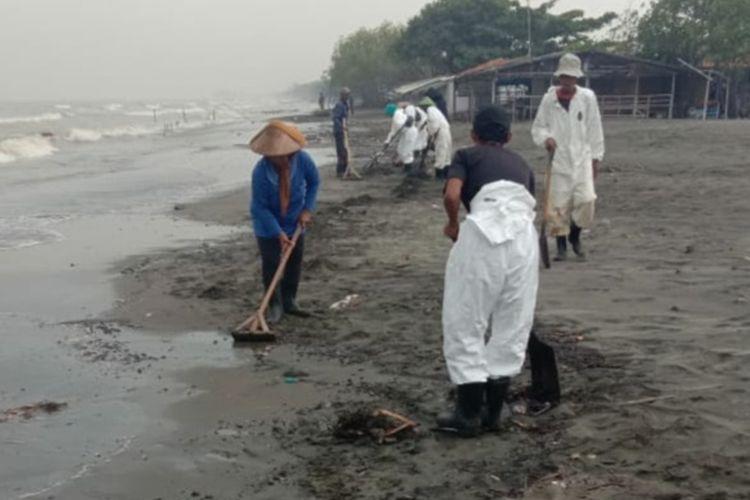 Petugas pembersih tengah membersihkan oil spill di Pantai Sedari, Kecamatan Cibuaya, Kabupaten Karawang, Kamis (14/11/2019).