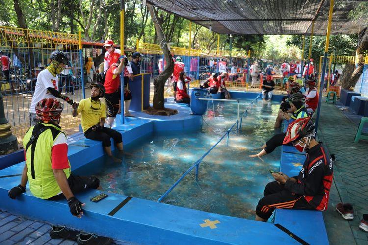 Kolam terapi ikan di Setu Babakan, Jagakarsa, Jakarta Selatan.