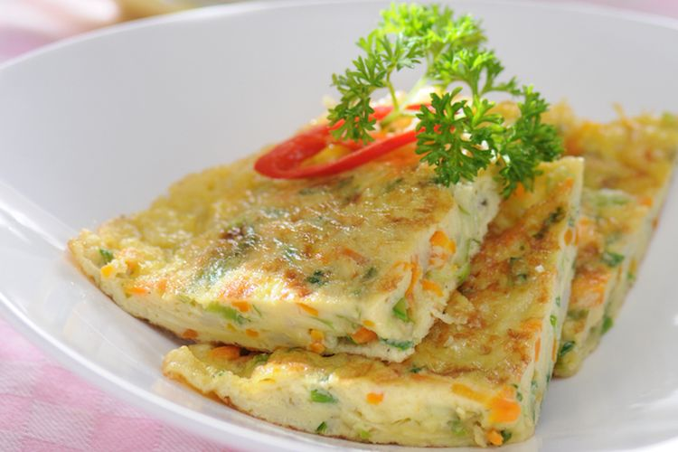 Ilustrasi omelet di atas piring saji yang ditata menarik.