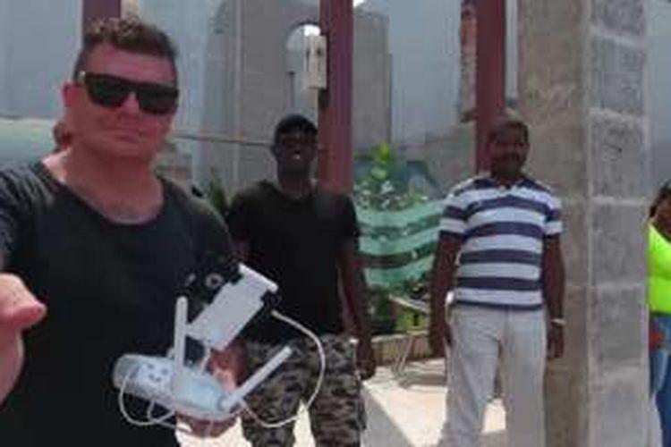 Chris Hughes (paling kiri) saat menerbangkan drone di Havana, Kuba