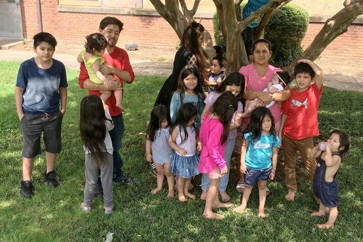 Patty Hernandez (38) dan Carlos Hernandez (37) berfoto bersama anak-anaknya di rumahnya di Charlotte, North Carolina, Amerika Serikat (AS).