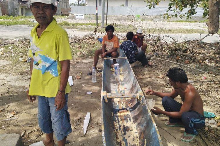 Para nelayan Lere, saling baku bantu, benahi perahu yang bocor, Rabu (10/4/2019).