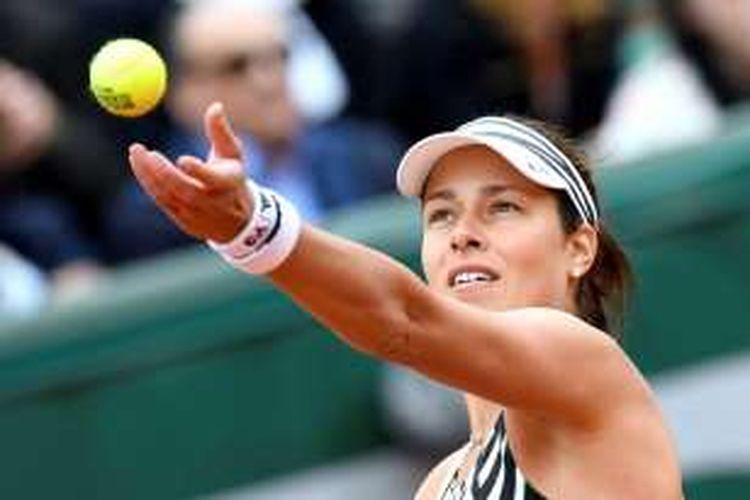 Petenis asal Serbia, Ana Ivanovic, hendak melakukan servis saat berhadapan dengan Oceane Dodin (Perancis) dalam ajang Roland Garros 2016 di Paris, Perancis, 284 Mei 2016.