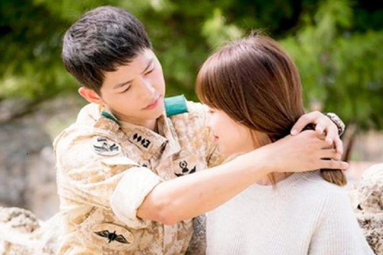 Salah satu adegan dalam drama seri Descendants of the Sun dengan bintangnya Song Joong-ki (kiri) dan Song Hye-kyo.