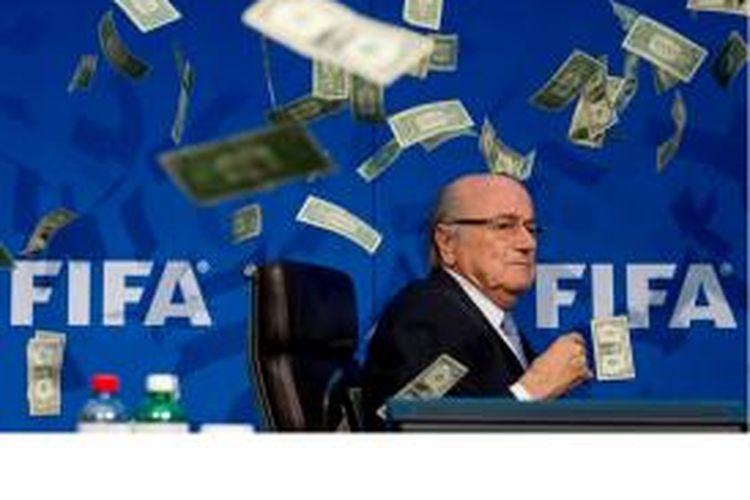 Komedian Inggris, Simon Brodkin, melempar ratusan lembar uang dollar AS palsu ke Presiden FIFA, Sepp Blatter, Senin (20/7/2015).