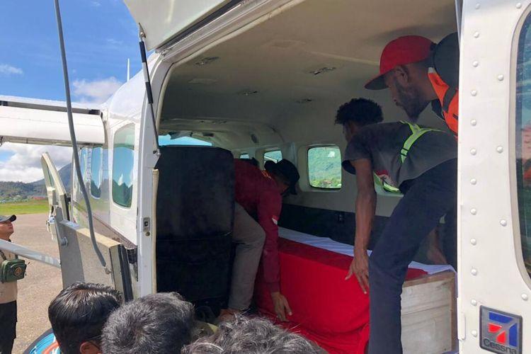 Jenazah Bharada Muhammad Kurniadi Sutio, personel polisi gang gugur ditembak KKB di Distrik Kiwirok, tengah dievakuasi dari Bandara Oksibil menuju Bandara Sentani Jayapura, Papua, Minggu (26/9/2021)