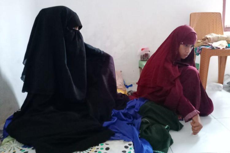 Jihan bersama ibunya di dalam rumah