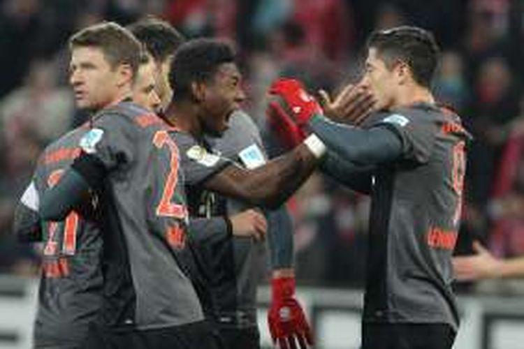 Penyerang Bayern Muenchen, Robert Lewandowski (kanan), melakukan selebrasi bersama rekan-rekannya usai mencetak gol ke gawang FSV Mainz 05 pada pertandingan Bundesliga di Mainz, Jumat (2/12/2016).