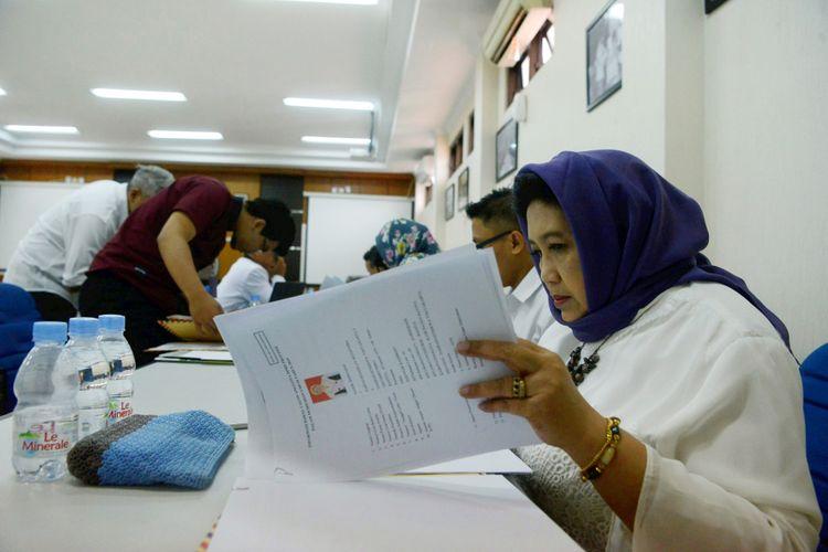 Petugas Komisi Pemilihan Umum (KPU) memeriksa kelengkapan berkas pendaftaran bakal calon anggota DPRD DI Yogyakarta dan bakal calon anggota DPD RI Dapil DIY Pemilu 2009 di Kantor KPU DIY, Yogyakarta, Selasa (17/7/2018). Masih sedikit caleg perempuan yang menempati nomor urut teratas.  KOMPAS/FERGANATA INDRA RIATMOKO (DRA) 17-07-2018 *** Local Caption *** Petugas Komisi Pemilihan Umum (KPU) memeriksa kelengkapan berkas pendaftaran bakal calon anggota DPRD DI Yogyakarta dan bakal calon anggota DPD RI Dapil DIY Pemilu 2009 di Kantor KPU DIY, Yogyakarta, Selasa (17/7/2018). Hari tersebut merupakan hari terakhir pendaftaran dan verifikasi para calon wakil rakyat yang akan bersaing memperoleh suara pada Pemilu 2019 mendatang.  KOMPAS/FERGANATA INDRA RIATMOKO (DRA) 17-07-2018
