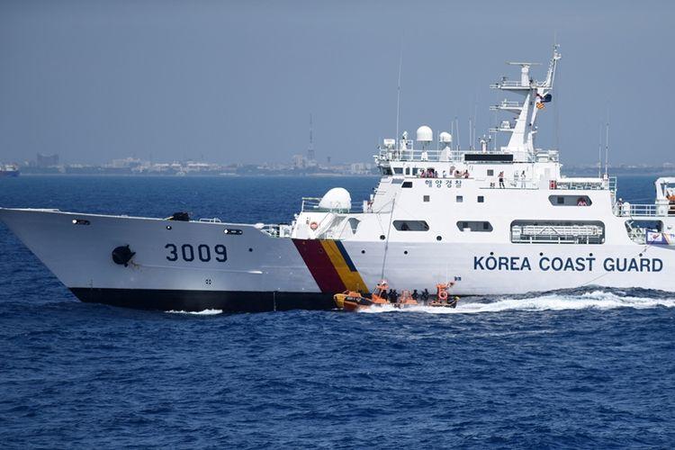 Kapal patroli penjaga pantai Korea Selatan saat menjalani latihan bersama dengan India pada Juni 2016.