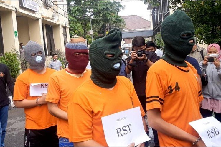 RST dan RSB Pelaku Penusukan dan Tabrak Lari seorang Wanita di Gunungkidul saat di Mapolres Gunungkidul Kamis (17/6/2021)