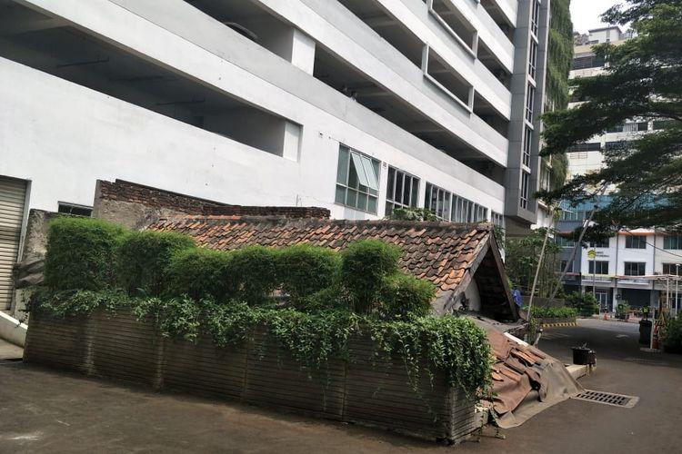 Rumah Ibu Lies (64) terkepung gedung Apartemen Thamrin Executive Residence, Tanah Abang, Jakarta Pusat. Rumah dia masih berada di dalam kompleks apartemen itu karena menolak untuk digusur.