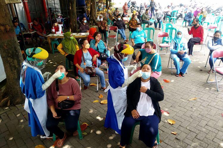 Pedagang suvenir dan warga pelaku usaha di sekitar Makam Bung Karno mengikuti tes Covid-19 di area parkir PIPP, Sabtu (18/9/2021), menjelang uji coba pembukaan Makam Bung Karno besok hari Minggu.