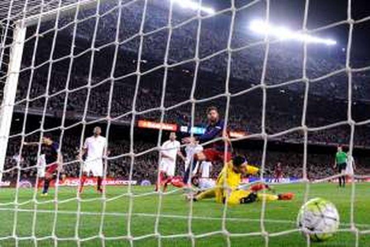 Sergio Rico gagal mengantisipasi tembakan Gerard Pique saat Sevilla melawan Barcelona pada partai La Liga di Stadion Camp Nou, 28 Februari 2016.