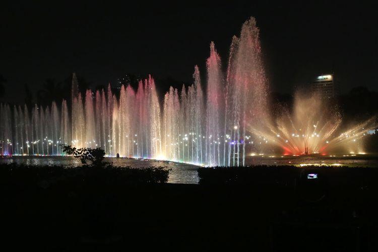 Air mancur menari atau Jakarta Monas Fountain di Monas, Jakarta Pusat, dapat dinikmati selama libur lebaran. Air mancur ini biasanya hanya dapat dinikmati pada akhir pekan. Gambar ini diambil pada Minggu (13/8/2017).