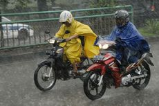 Ingat Pakai Jas Hujan Ponco Saat Berkendara Motor Berbahaya!