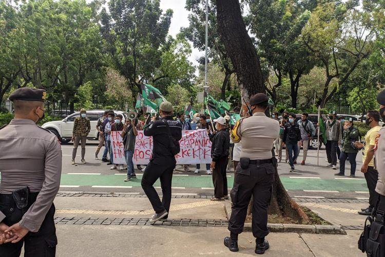 Massa demonstran di depan Balai Kota DKI Jakarta, Selasa (6/4/2021) menuntut Gubernur DKI Jakarta Anies Baswedan menjelaskan kasus dugaan korupsi pengadaan lahan di Munjul, Pondok Ranggon, Jakarta Timur.