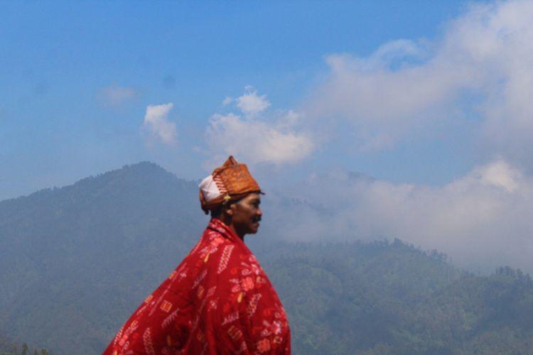 Salah satu warga Suku Tengger penganut Agama Hindu usai melaksanakan Hari Raya Galungan di Pura Sapto Argo, Desa Ngadas, Kecamatan Poncokusumo, Kabupaten Malang, Rabu (30/5/2018)