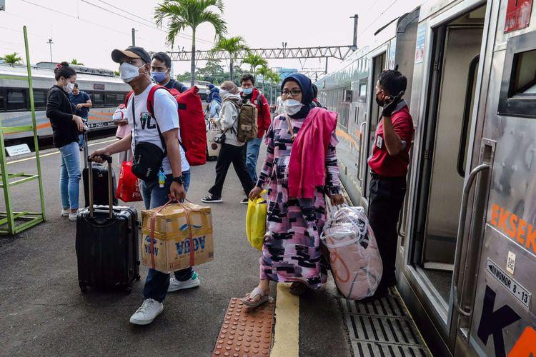 Penumpang kereta api berjalan setibanya dari Solo, Jawa Tengah di Stasiun Gambir, Jakarta Pusat, Senin (17/5/2021). PT Kereta Api Indonesia (KAI) Daop 1 Jakarta menyampaikan, arus kedatangan penumpang yang menggunakan kereta api jarak jauh masih terpantau kondusif di Jakarta pada Senin (17/5/2021), volume kedatangan di Stasiun Pasar Senen berkisar 5.000 penumpang, sedangkan untuk Stasiun Gambir berkisar 3.500 penumpang.