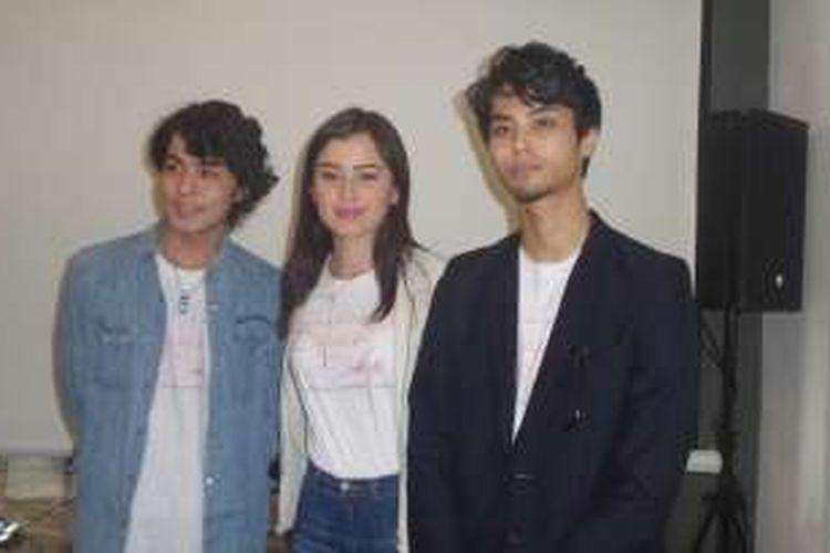 Kimberly Ryder (tengah), Koutaro Kakimoto (kiri), dan Shin Konno (kanan) diabadikan usai konferensi pers Japantry di Verandara Hotel, Jakarta Selatan, Jumat (6/1/2017).