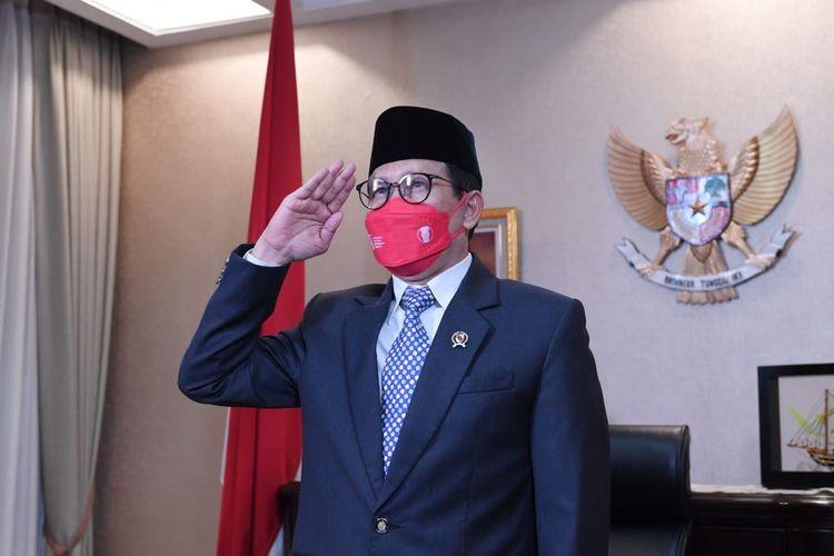 Menteri Desa, Pembangunan Daerah Tertinggal, dan Transmigrasi (Menteri Desa PDTT) Abdul Halim Iskandar saat mengikuti upacara Penurunan Bendera Sang Merah Putih, secara virtual dari Rumah Jabatan Jakarta, Selasa (17/8/2021).