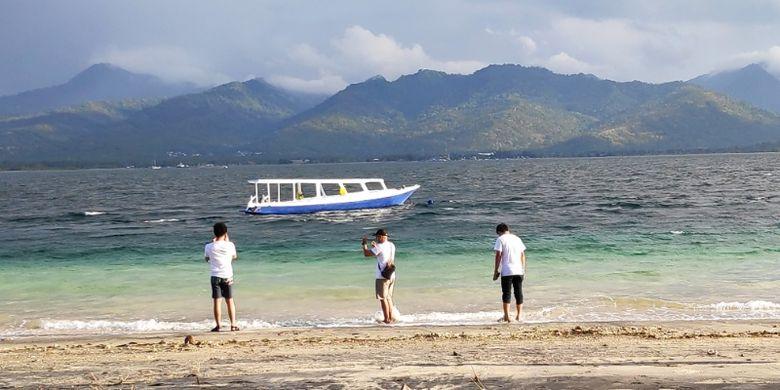 Wisatawan di Gili Air, Lombok Utara.