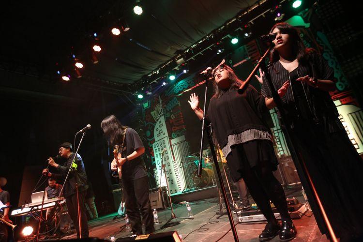 Efek Rumah Kaca tampil pada acara Synchronize Festival 2017 di Gambir Expo Kemayoran, Jakarta, Jumat (06/10/2017). Acara musik ini berlangsung selama tiga hari hingga Minggu, 8 Oktober 2017.