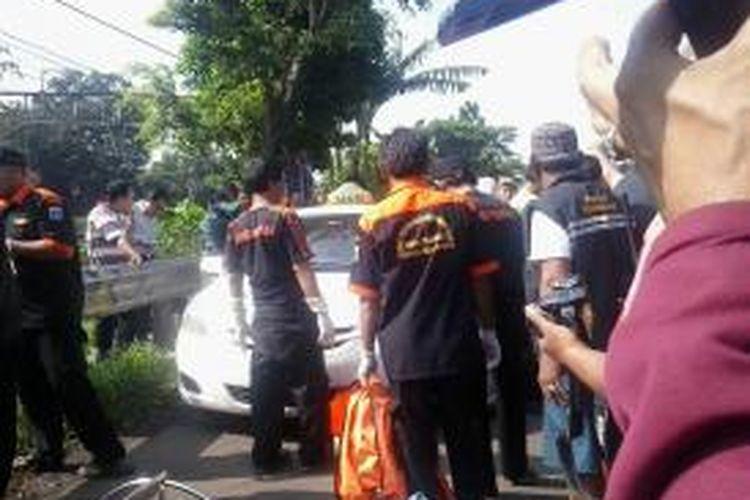 Sopir taksi Express ditemukan tewas di Jalan Raya Rawa Bambu, Pasar Minggu, Jakarta Selatan, Rabu (18/2/2015).