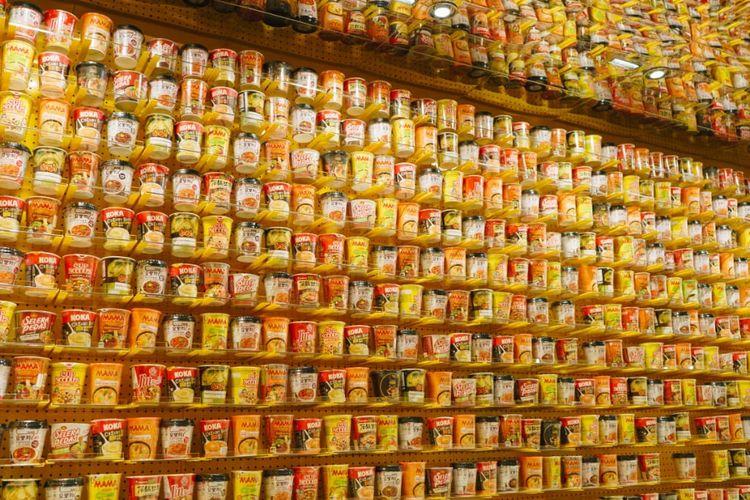 Deretan mi intsan yang Instan Noodles Wall di KKV Indonesia tertata di