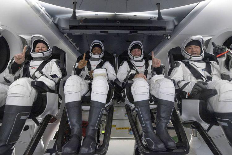 Kiri-kanan: Astronot NASA Shannon Walker, Victor Glover, Mike Hopkins, dan astronot Japan Aerospace Exploration Agency (JAXA) Soichi Noguchi, terlihat di dalam pesawat ruang angkasa SpaceX Crew Dragon Resilience di atas kapal pemulihan SpaceX GO Navigator tak lama setelah mendarat di Teluk Meksiko di lepas pantai Panama City, Florida, Minggu, 2 Mei 2021. Misi SpaceX Crew-1 NASA adalah penerbangan rotasi awak pertama dari pesawat luar angkasa SpaceX Crew Dragon dan roket Falcon 9 dengan astronot ke Stasiun Luar Angkasa Internasional sebagai bagian dari Program Kru Komersial agensi. Kredit Foto: (NASA / Bill Ingalls)