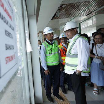 Menteri Perhubungan (Menhub) Budi Karya Sumadi saat meninjau pengoperasian kereta api (KA) Bandara Soekarno Hatta di Stasiun Bandara Soekarno-Hatta, Tangerang, Kamis (23/11/2017). Menhub melakukan uji coba operasi KA Bandara Soekarno-Hatta dengan rute Stasiun Manggarai  Stasiun Soekarno Hatta, rute ini diperkirakan akan mulai beroperasi pada awal bulan Desember 2017 mendatang.