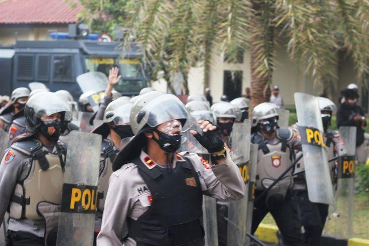 Polisi di Kabupaten Cianjur, Jawa Barat, terlibat kericuhan dengan massa dalam aksi unjuk rasa menolak pengesahan Undang-Undang Cipta Kerja di depan kantor DPRD Cianjur, Kamis (8/10/2020).