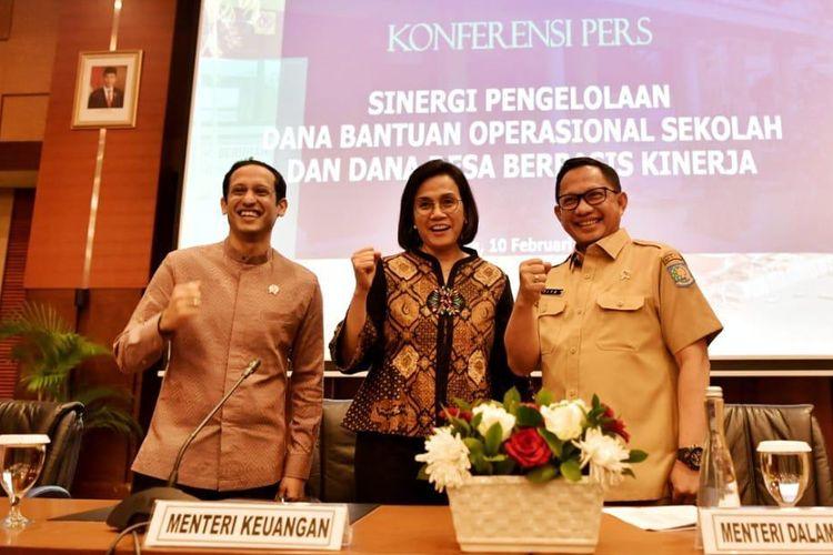 Mendikbud Nadiem Anwar Makarim didampingi Menkeu Sri Mulyani dan Mendagri Tito Karnavian mengumumkan kebijakan baru dana BOS di Kantor Kementerian Keuangan, Jakarta, Senin (10/02/2020).