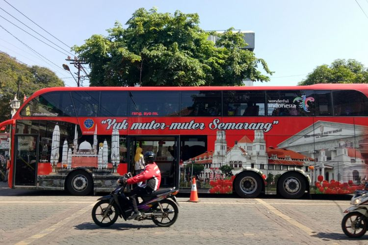 Bus tingkat wisata kota semarang terparkir di kawasan Kota Lama Semarang, Jumat (6/9/2017). Bus double decker wisata Semarang beroperasi setiap hari Selasa-Minggu, dari Museum Mandala Bhakti ke destinasi-destinasi wisata favorit Semarang, salah satunya Kota Lama.